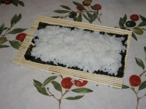 Il riso steso perfettamente sull'alga